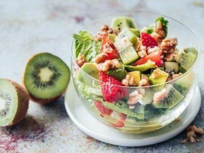 Салат с земляникой авокадо и киви