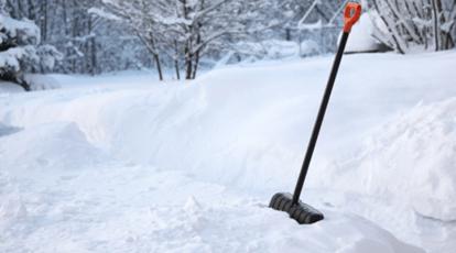 лопата в снегу